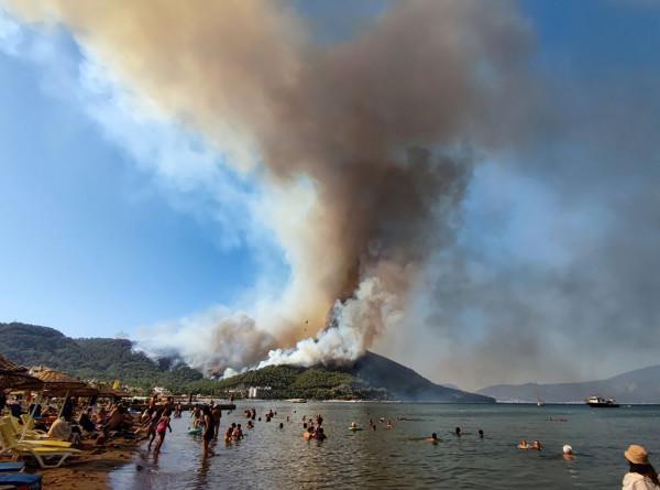 Пламя лесных пожаров преградило путь пытающимся спастись жителям турецкого Кейджегиза