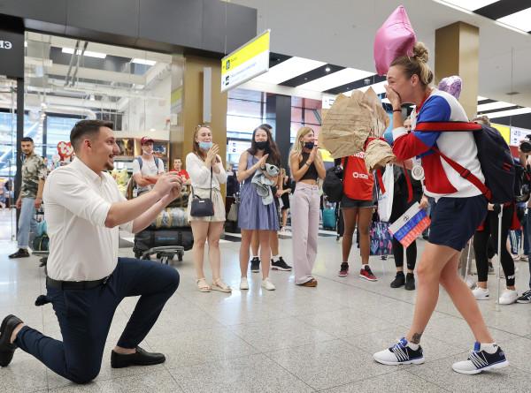 Спортдайджест: помолвка сразу после Олимпиады, цветы для болельщиков, первое золото скейтбординга