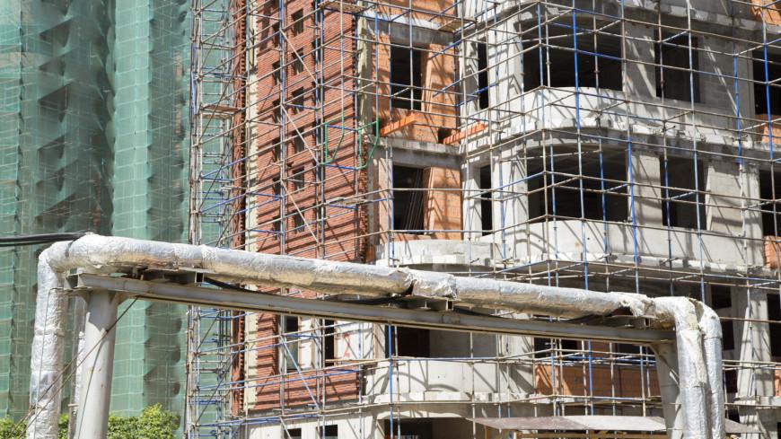 Двое рабочих погибли, упав с высоты на стройке на востоке Москвы