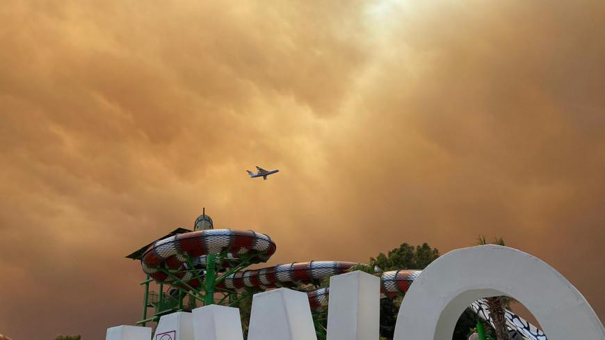 Туристов эвакуируют из отелей в турецком Мармарисе из-за лесного пожара