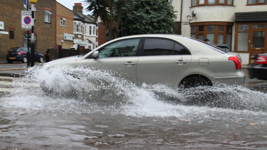 Обзор зарубежных СМИ: политический кризис в Тунисе и наводнение в Лондоне