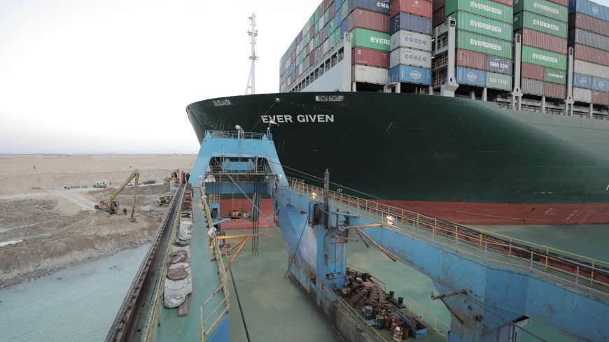 Заблокировавший весной Суэцкий канал контейнеровоз Ever Given покинул место стоянки