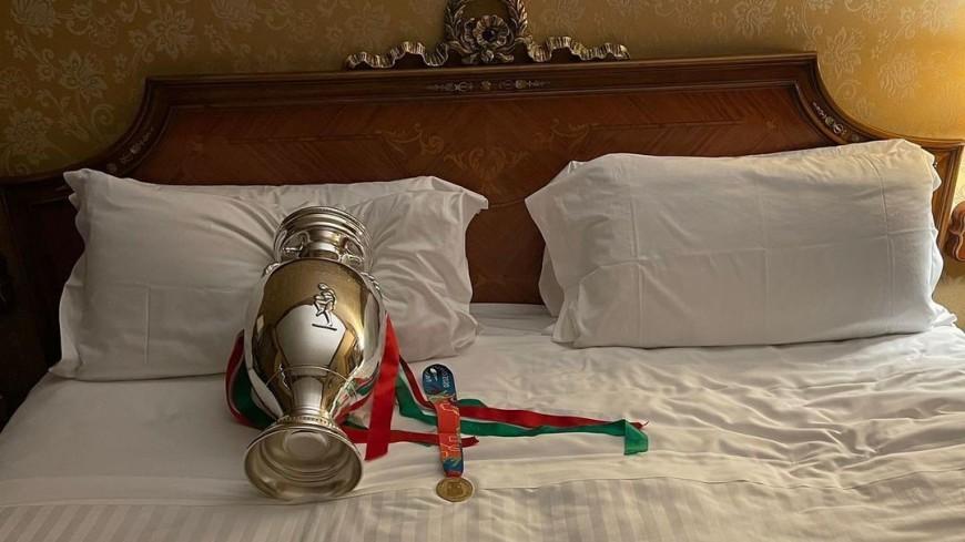 Капитан сборной Италии по футболу взял чемпионский кубок в кровать