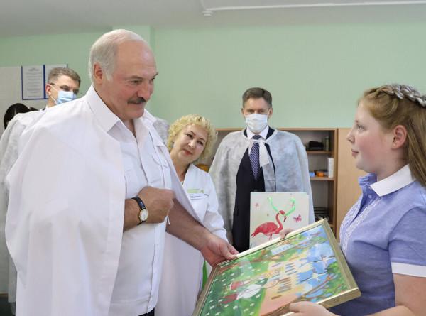 Лукашенко вручил врачам детской больницы сертификат на покупку аппарата УЗИ