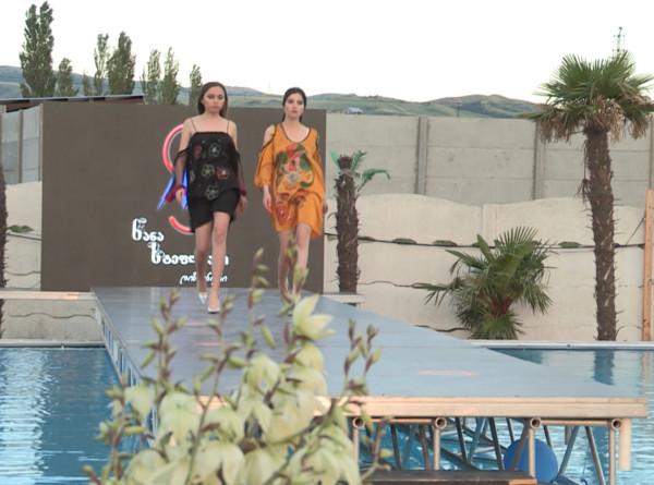 Капризы моды и погоды: пришедшее в Тбилиси тепло позволило провести дефиле