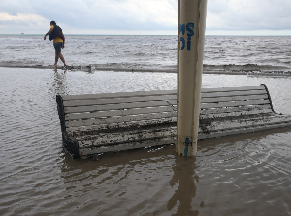Под водой, но без воды: пляжи Крыма закрылись после сильнейших за 100 лет ливней