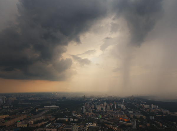 Синоптики предупредили москвичей о возможном урагане в выходные