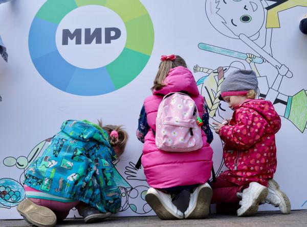 Дети раскрасили большую открытку телеканала «МИР» (ФОТО)