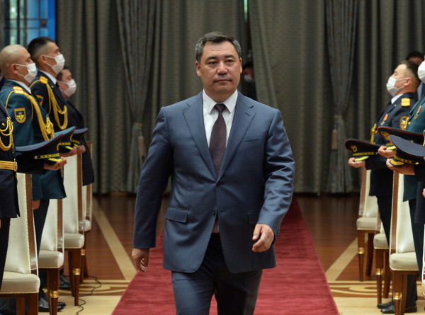 Садыр Жапаров вручил госнаграды военнослужащим Кыргызстана