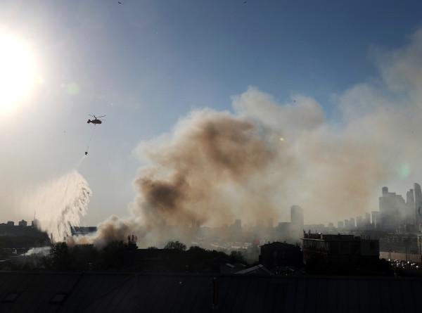 При пожаре на складе пиротехники в Москве пострадали четыре человека