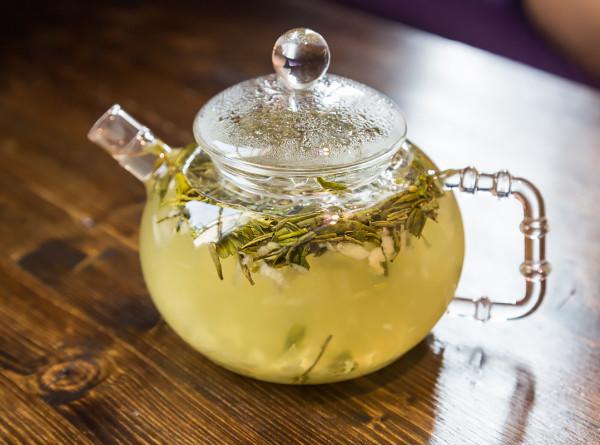 В зеленом чае нашли вещество, борющееся с коронавирусом