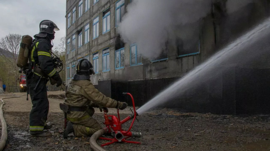 Крановщик снял рабочих с крыши загоревшегося здания на Камчатке  (ВИДЕО)