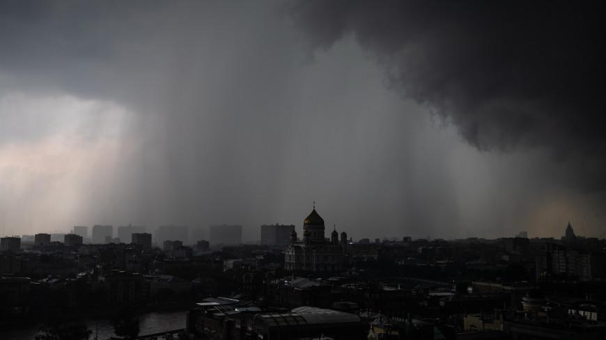 Стихия в столице: на Москву обрушился проливной дождь со шквалистым ветром