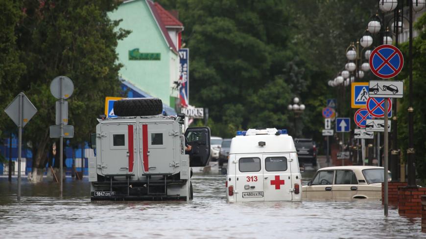 Киоски плывут, машины тонут: тропические ливни обрушились на юг России