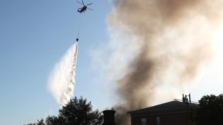 К тушению пожара на складе пиротехники в Москве привлекли вертолеты