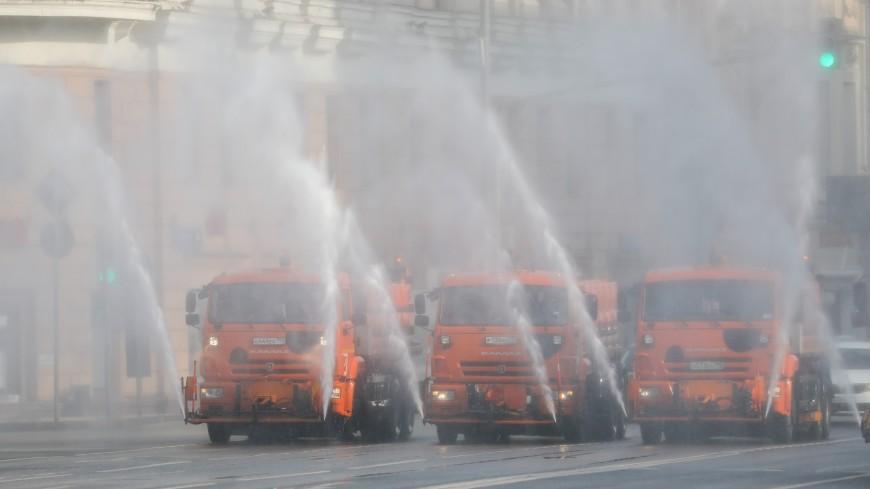 В Москве из-за жары усилили промывку дорог и тротуаров