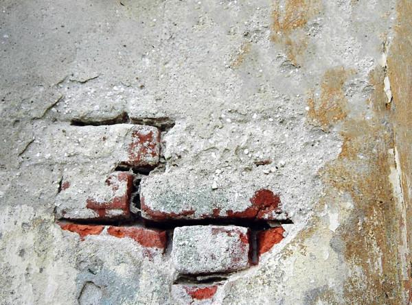 Сталактиты, грибок и водопады: жители Перми открыли в своем аварийном доме музей разрухи