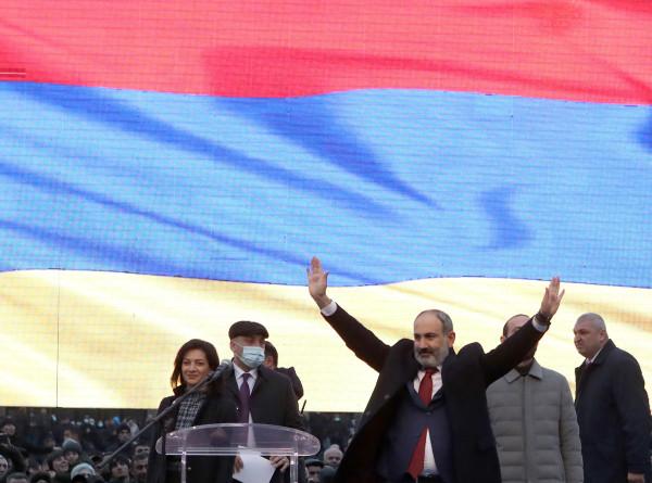 Митинги в Ереване: Пашинян попросил прощения за ошибки, оппозиция требует его отставки