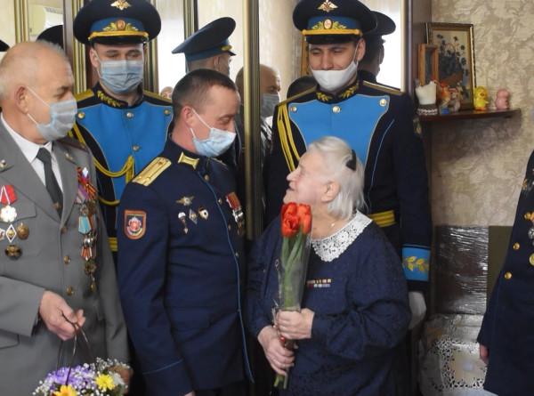Российские спецназовцы оригинально поздравили женщин-ветеранов с 8 Марта