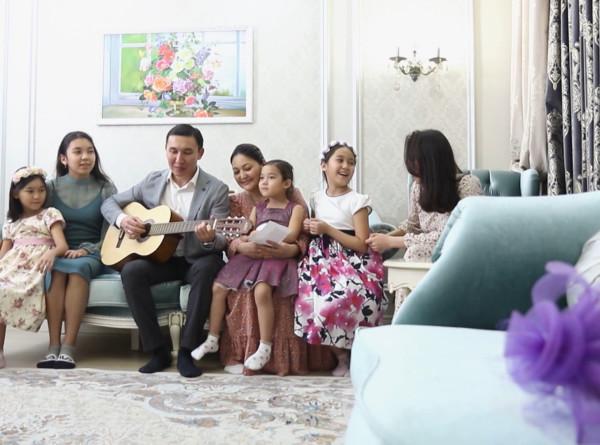 Любовь и фантазия: как житель Нур-Султана поздравляет жену и пять дочерей