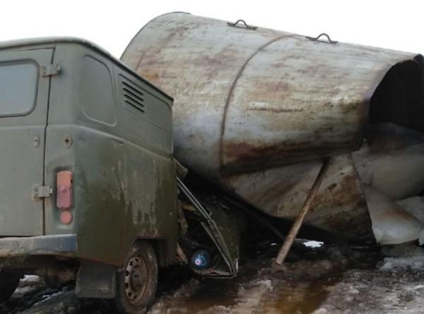 «Буханка» всмятку: водонапорная башня рухнула на автомобиль рабочих в Тверской области