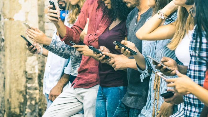 «Смартфоны оказывают постоянное воздействие на определенные мозговые центры»: чем опасны гаджеты?