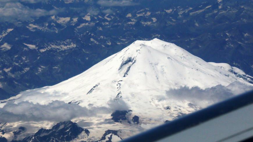 Вид на гору из самолета,гора, снег,