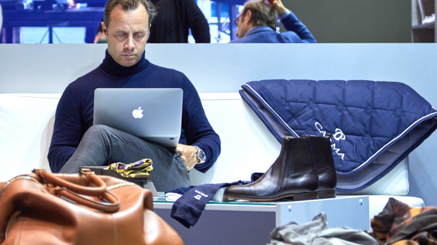 В Центральном выставочном зале «Манеж» прошла первая Московская международная культурная выставка «Здравствуй, Италия!».,apple, mac, macbook, ноутбук, мужчина, бизнесмен, обувь, ботинки,apple, mac, macbook, ноутбук, мужчина, бизнесмен, обувь, ботинки