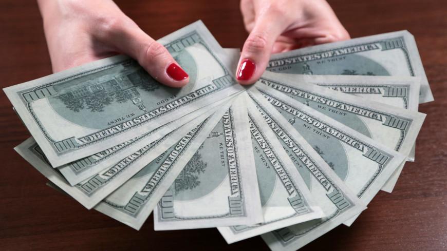 Эксперт рассказал, кому невыгодно покупать доллары