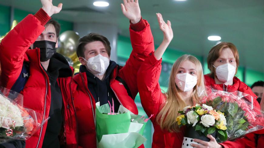 Болельщики спели в аэропорту Шереметьево гимн России в честь фигуристов