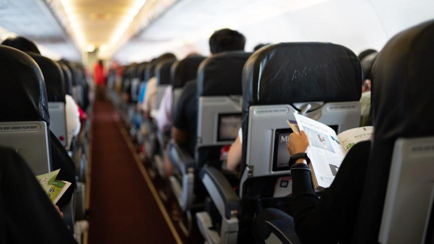 Пассажирка самолета вцепилась в волосы стюардессы с криком «надеюсь, мы все умрем»
