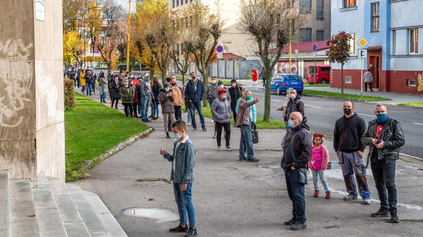 Власти Словакии ввели комендантский час и обязали носить респираторы