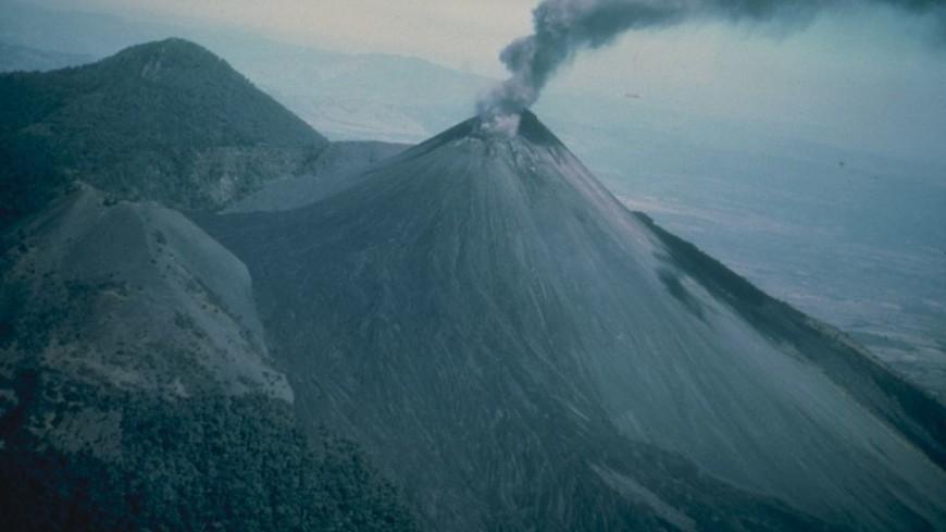 Лава вулкана Пакайя в Гватемале стремительно приближается к жилым домам