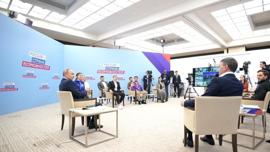 «Слава Богу, там был мягкий настил»: Путин рассказал, как однажды упал с лошади