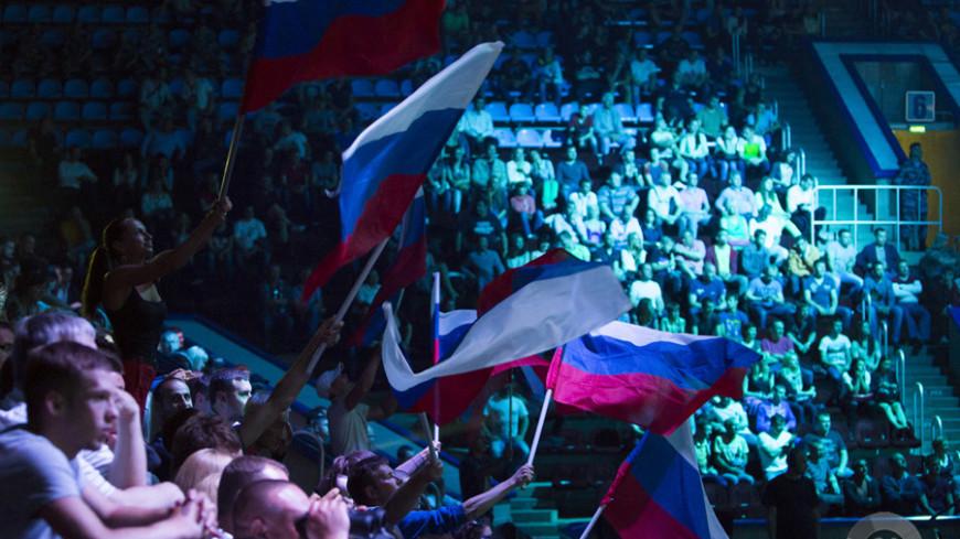 """Фото: """"Максим Кулачков, «Мир 24»"""":http://mir24.tv/, трибуна, болельщики, флаг россии, фанаты"""