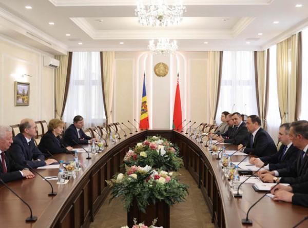 Фрукты, вино, троллейбусы: Беларусь заинтересована в товарном обмене с Молдовой