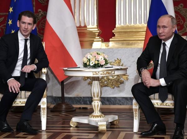 Путин и Курц обсудили сотрудничество России и Австрии, а также борьбу с COVID-19