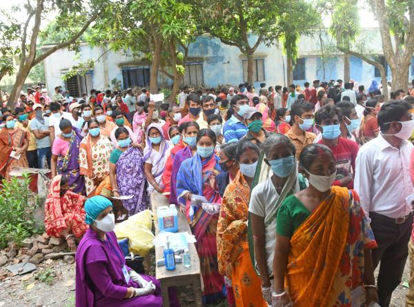 COVID-19 в мире: Индия принимает зарубежную помощь, Нью-Йорк готовится к возобновлению шоу
