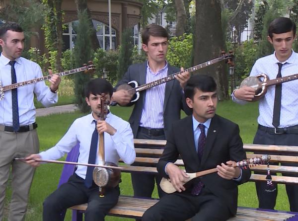 Уличный концерт: в парках Таджикистана музыканты исполняют живую музыку
