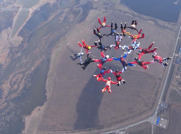 Воздушная открытка: парашютисты изобразили в небе фигуры в честь Дня Победы