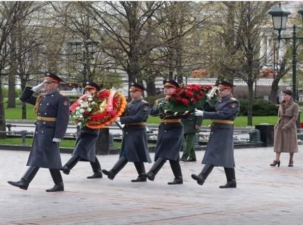 Участники и партнеры Евразийского клубного футбольного турнира возложили венки к Могиле Неизвестного Солдата в Александровском саду