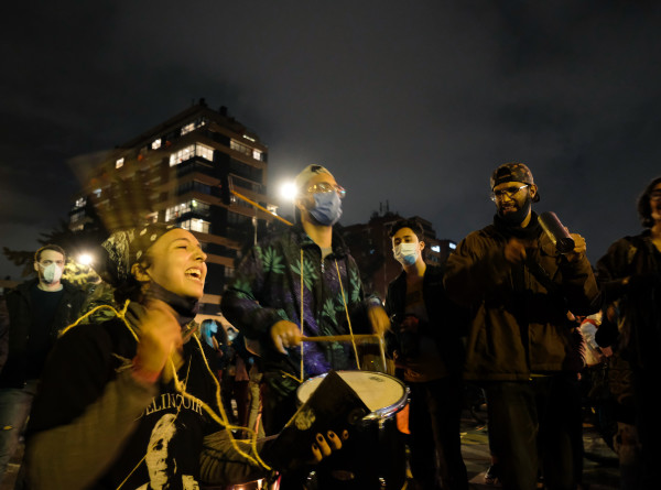 В столице Колумбии из-за протестов приостановили вакцинацию от COVID-19