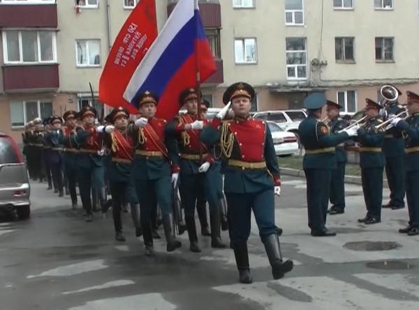 На Сахалине для фронтовика провели персональный военный парад