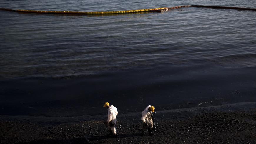 Пятно мазута у берегов Сахалина локализовано боновыми заграждениями