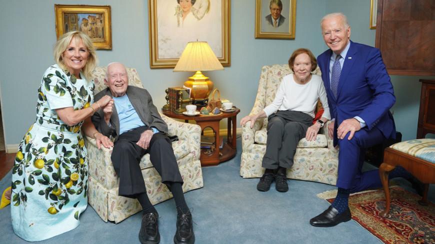 Фото гигантского Байдена с крошечным Картером рассмешило Сеть