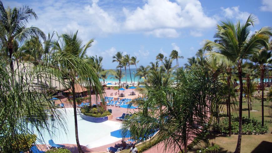 отель, курорт, море, океан, отпуск, отдых, путешествие, туризм, туристический, бассейн, лежак, шезлонг, отдыхающие, пальма, тепло, природа