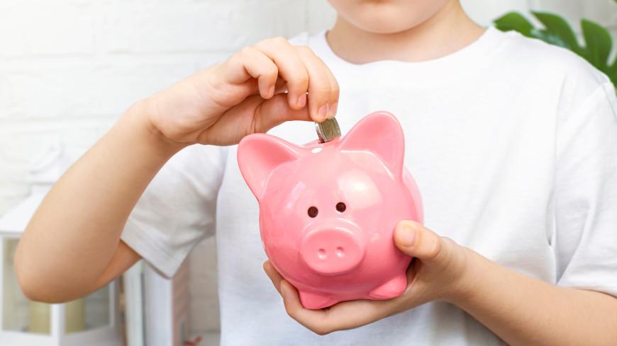 Опрос: половина российских школьников откладывают по 500 рублей в месяц