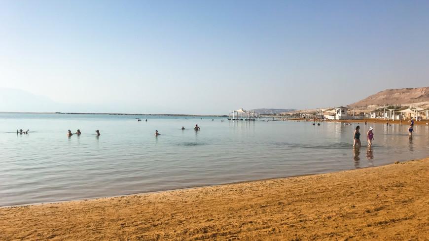 израиль, мертвое море, пляж, море, песок, соль, соленая вода, грязелечение, мертвая вода, отдых, загар, солнце, лето жара берег, шезлонг, лежак, отпуск курорт,