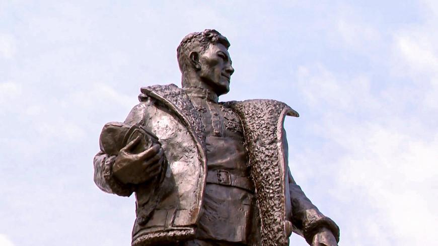 Соколиный глаз: в Нур-Султане установили памятник летчику Талгату Бигельдинову