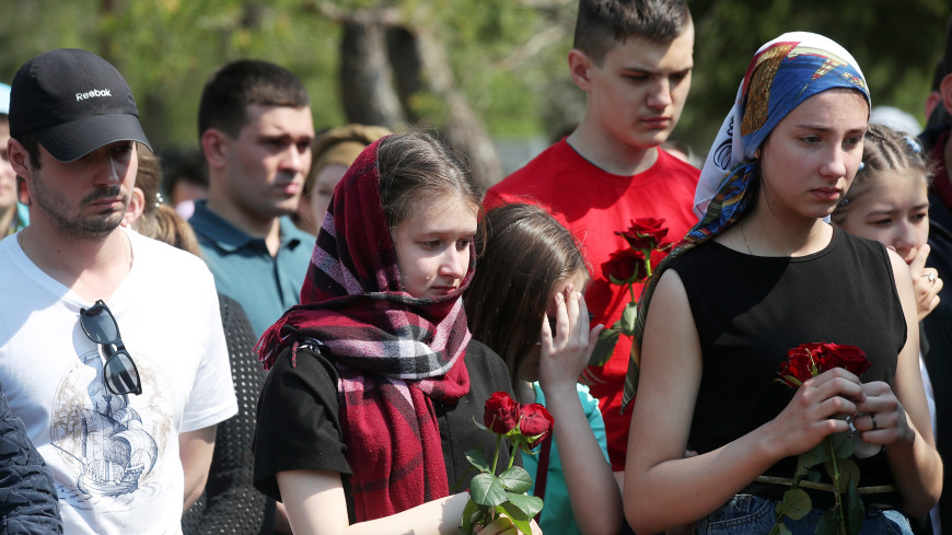 Погибшую при нападении на школу 25-летнюю учительницу похоронили в Казани